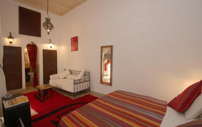 Een kamer met tweepersoonsbed van Riad dar Bounouar Marrakech