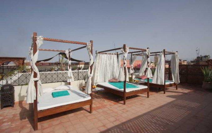 Dak met zonnebedden van Riad dar Bounouar Marrakec