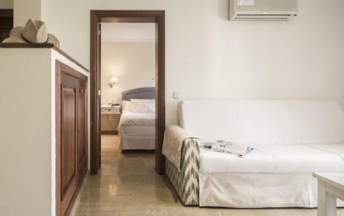 Woonkamer en slaapkamer van een suite van Aparthotel Galeon Suites op Mallorca