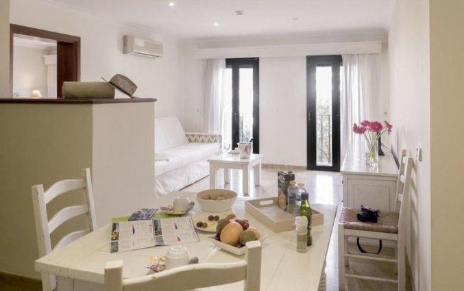 Woonkamer met zithoek van een suite van Aparthotel Galeon Suites op Mallorca