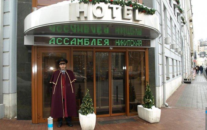 Ingang van Hotel Assambleya Nikitskaya in Moskou