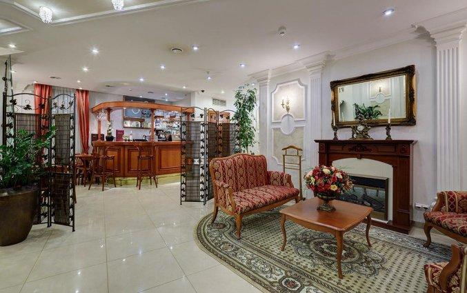 Bar met zithoek van Hotel Assambleya Nikitskaya in Moskou