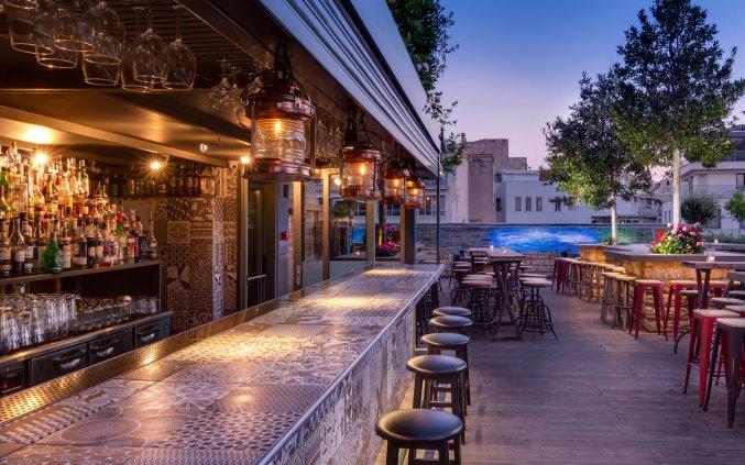 Bar met uitzicht van Hotel 36O Degrees in Athene