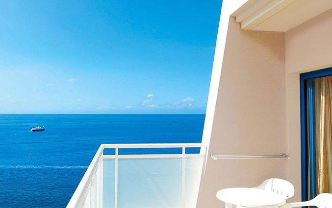 Balkon van een tweepersoonskamer van Hotel Taurito Princess op Gran Canaria