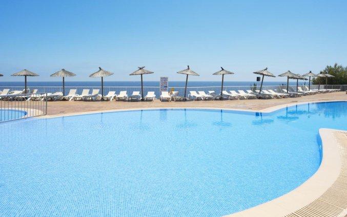 Buitenzwembad van Hotel HSM Calas Park op Mallorca
