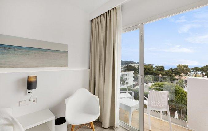 Een kamer met balkon van Hotel AluaSun Continental Park Mallorca