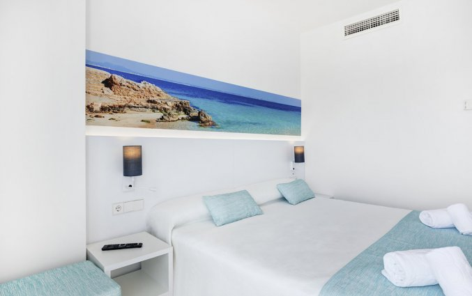 Een tweepersoonsbed van Hotel AluaSun Continental Park Mallorca