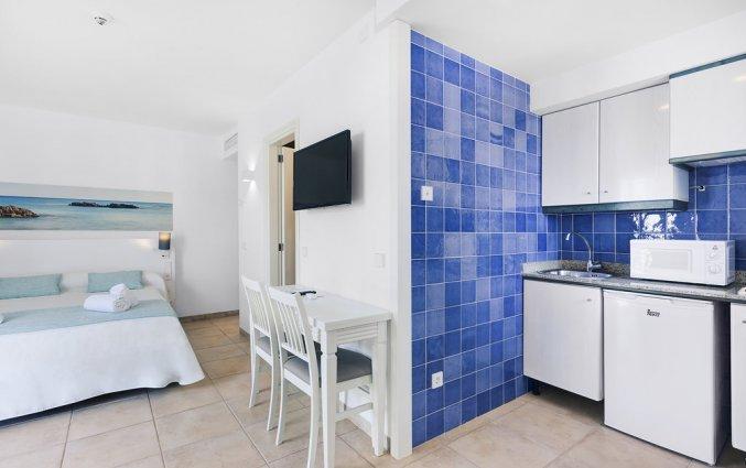 Een tweepersoonsstudio met kitchenette van Hotel AluaSun Continental Park Mallorca