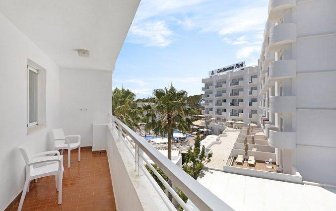Het balkon van een kamer van Hotel AluaSun Continental Park Mallorca