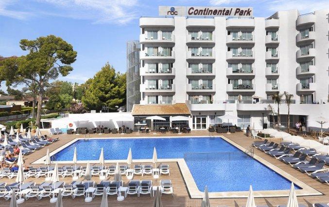 Het zwembad met zonneterras van Hotel AluaSun Continental Park Mallorca