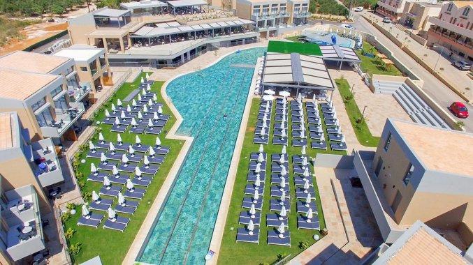 Buitenzwembad van Hotel Kiani Beach Resort op Kreta