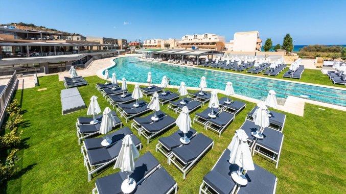 Buitenzwembad met zonneterras van Hotel Kiani Beach Resort op Kreta