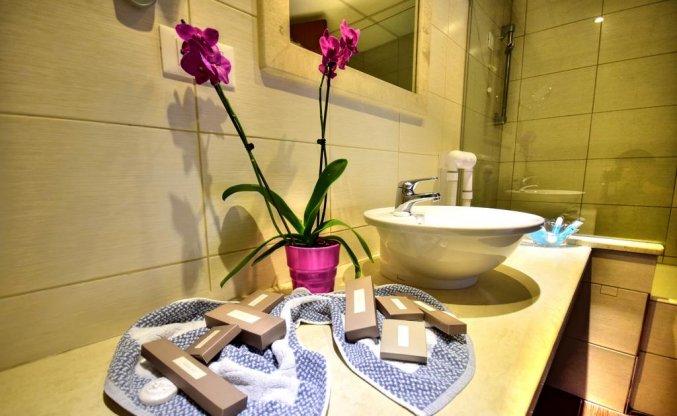 Badkamer van een tweepersoonskamer van Hotel Kiani Beach Resort op Kreta