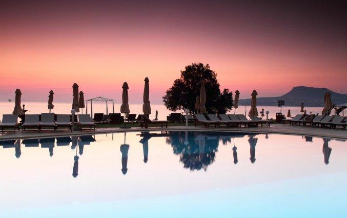 Buitenzwembad zonsondergang van Hotel Kiani Beach Resort op Kreta