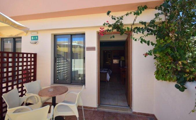 Terras van een tweepersoonskamer van Hotel Kiani Beach Resort op Kreta