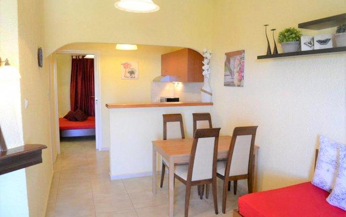 Woonkamer in een tweepersoonskamer van Zorbas Hotel Beach Village op Kreta