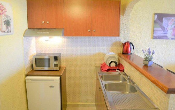 Keuken in een tweepersoonskamer van Zorbas Hotel Beach Village op Kreta