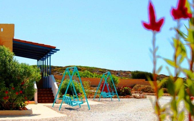Schommelstoelen bij Zorbas Hotel Beach Village op Kreta