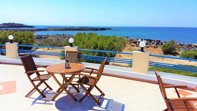 Uitzicht en zitplaatsen bij Zorbas Hotel Beach Village op Kreta