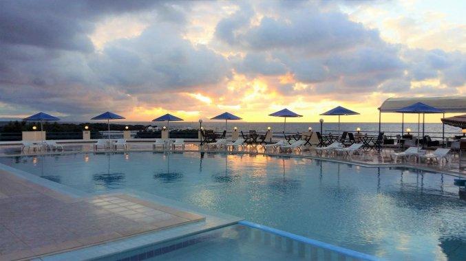 Buitenzwembad in de avond bij Zorbas Hotel Beach Village op Kreta
