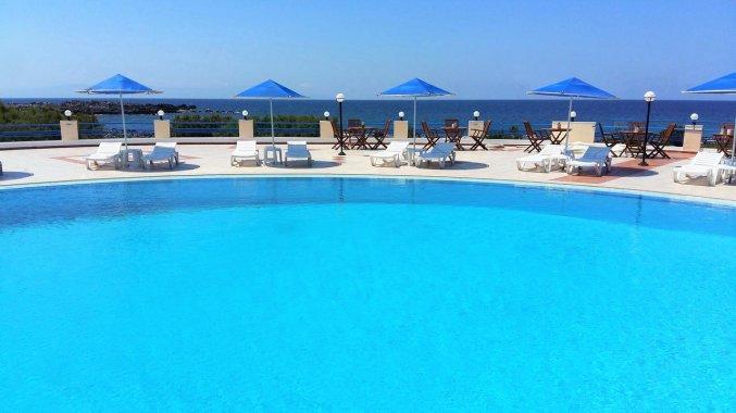 Buitenzwembad van Zorbas Hotel Beach Village op Kreta