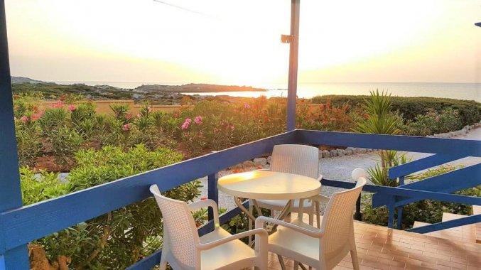 Balkon bij een kamer van Zorbas Hotel Beach Village op Kreta