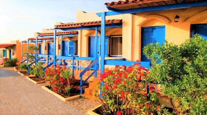 Buitenzijde van de huisjes van Zorbas Hotel Beach Village op Kreta
