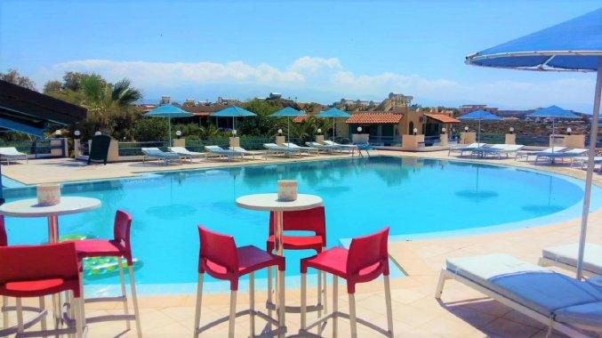 Buitenzwembad en zitplaatsen bij Zorbas Hotel Beach Village op Kreta