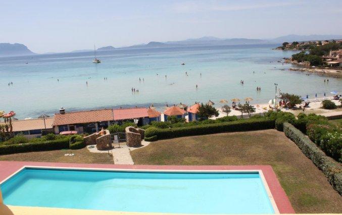 Uitzicht op het zwembad en het strand van Hotel Castello op Sardinië