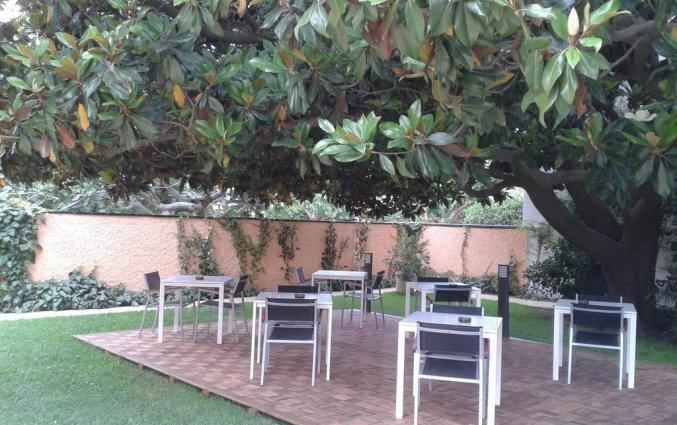 Zitplekken buiten van Hotel Sorrabona aan de Costa Brava
