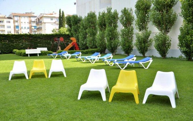 Ligbedden in de tuin van Hotel Sorrabona aan de Costa Brava