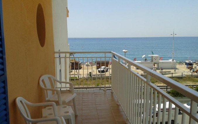 Balkon met zijligings uitzicht op de zee
