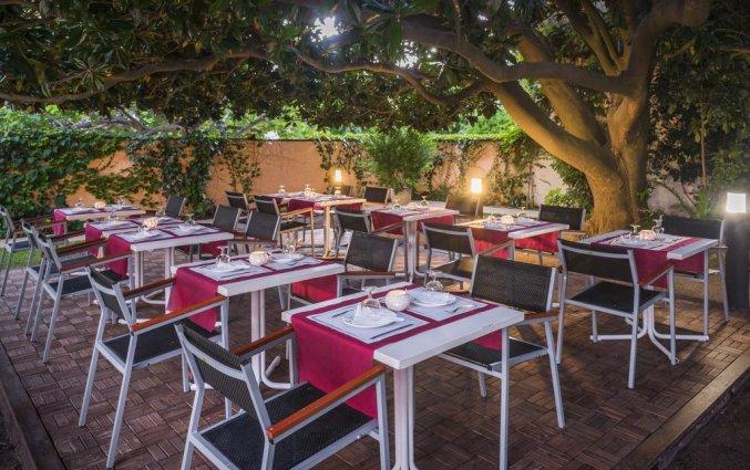 Zitplekken met sfeer in de avond van Hotel Sorrabona aan de Costa Brava