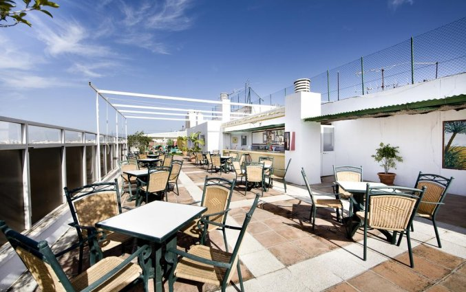 Terras van Hotel Monarque El Rodeo in de Costa del Sol