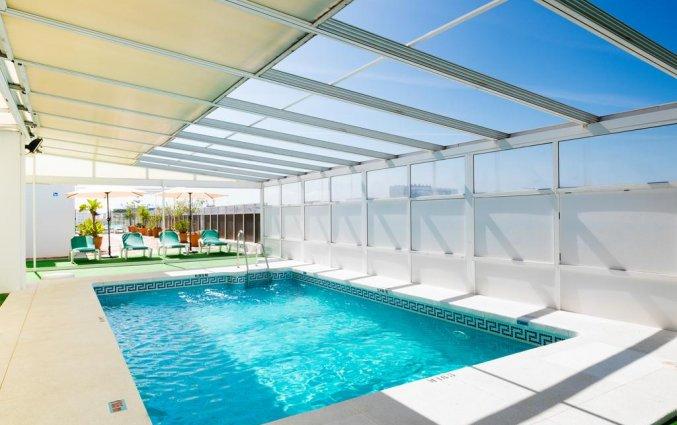 Buitenzwembad bij Hotel Monarque El Rodeo in de Costa del Sol