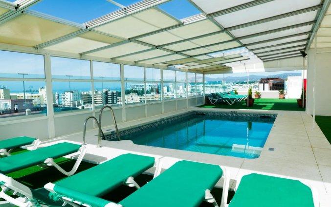 Zwembad en ligbedden bij Hotel Monarque El Rodeo in de Costa del Sol