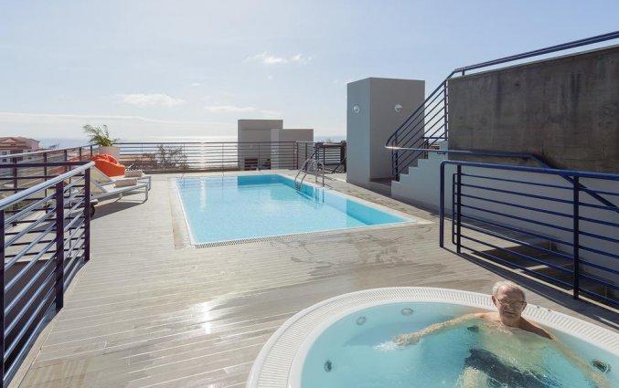 Dakterras met zwembad en jacuzzi van Hotel Terrace Mar Suite op Madeira