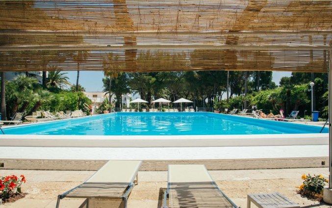 Buitenzwembad met zonneterras van Hotel Riva Del Sole in Puglia