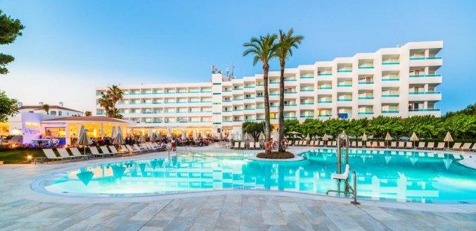 Zwembad en gebouw van Hotel Globales Mediterrani op Menorca