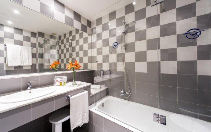Badkamer van een tweepersoonskamer van Hotel Globales Mediterrani op Menorca