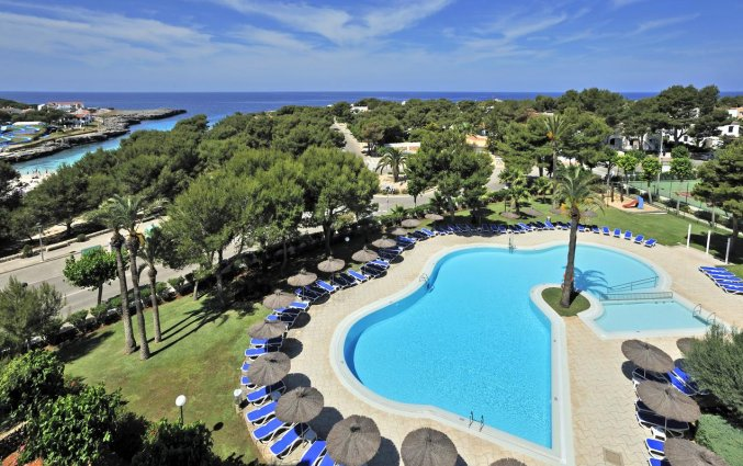 Zwembad en uitzicht vanuit Hotel Globales Mediterrani op Menorca