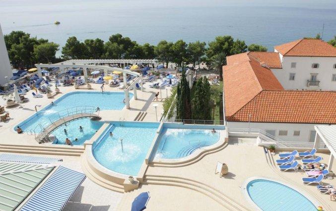 Buitenzwembad en de zee bij Hotel Bluesun Alga in Dalmatië