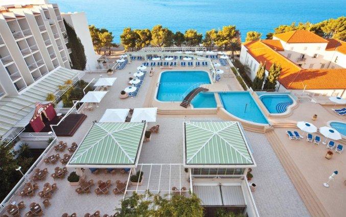 Terras en buitenzwembad van Hotel Bluesun Alga in Dalmatië