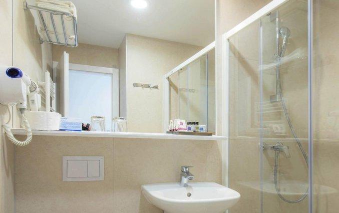 Badkamer van slaapkamer in Hotel Bluesun Alga in Dalmatië