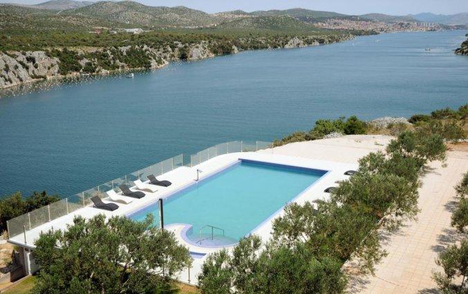 Buitenzwembad van Hotel Panorama in Dalmatie