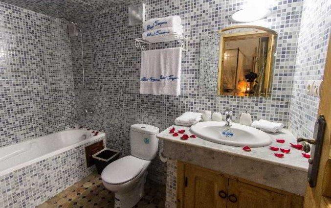 Badkamer van een tweepersoonskamer van Riad Taryana in Fez