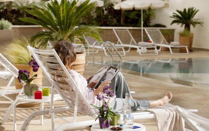 Buitenzwembad en ligbedden van Hotel Barcelo Fes Medina in Fez