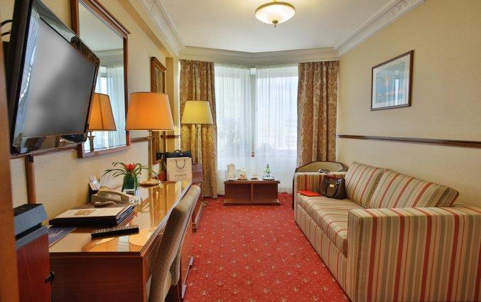 Zitgedeelte in kamer van Hotel Golden Ring in Moskou