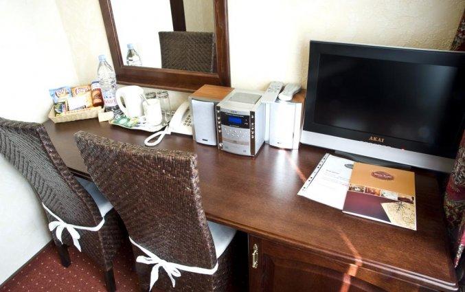 Zitgedeelte met koffie- en theevoorzieningen in Hotel Monte Kristo in Riga