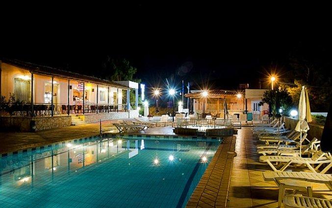 Buitenzwembad en ligbedden van Hotel Plessas Palace op Zakynthos